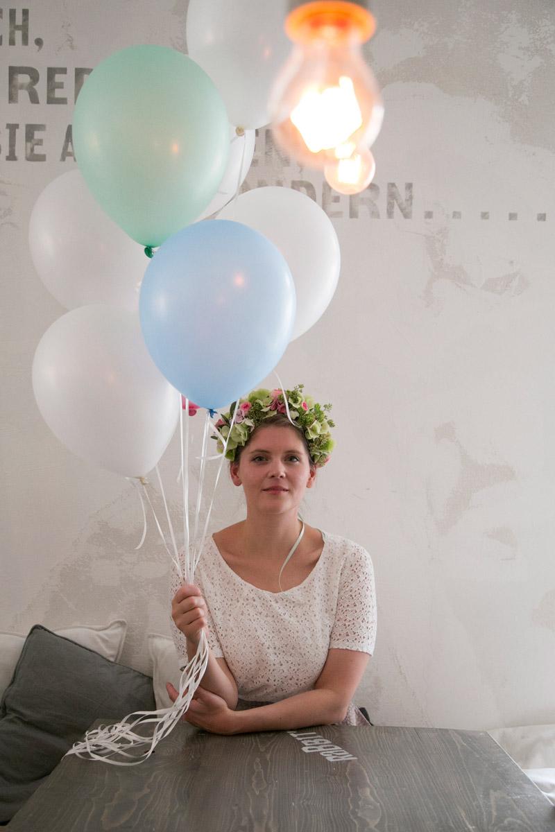 braut mit luftballons