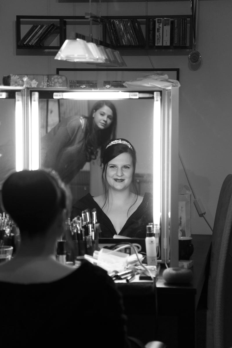 braut betrachtet sich im spiegel