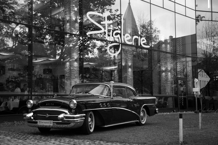 oldtimer steht vor dem restaurant stiglerie in muenchen