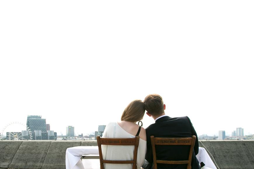brautpaar sitzt verliebt auf stuehlen