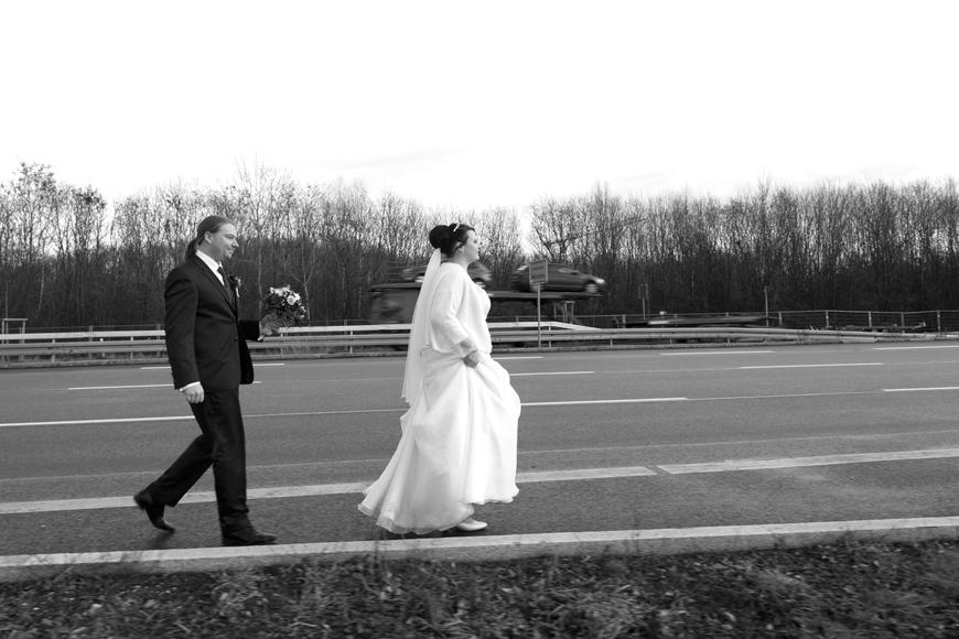 brautpaar geht strasse entlang