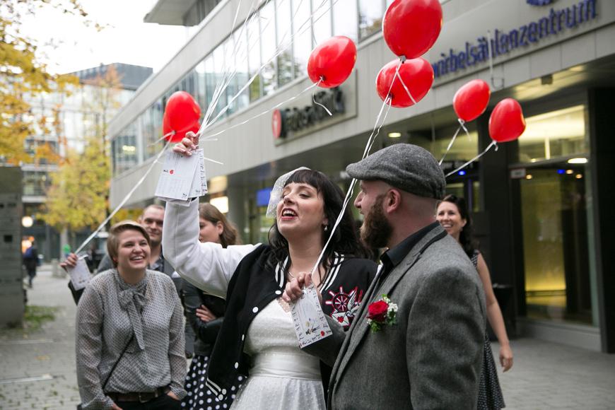 brautpaar haelt luftballons in der hand
