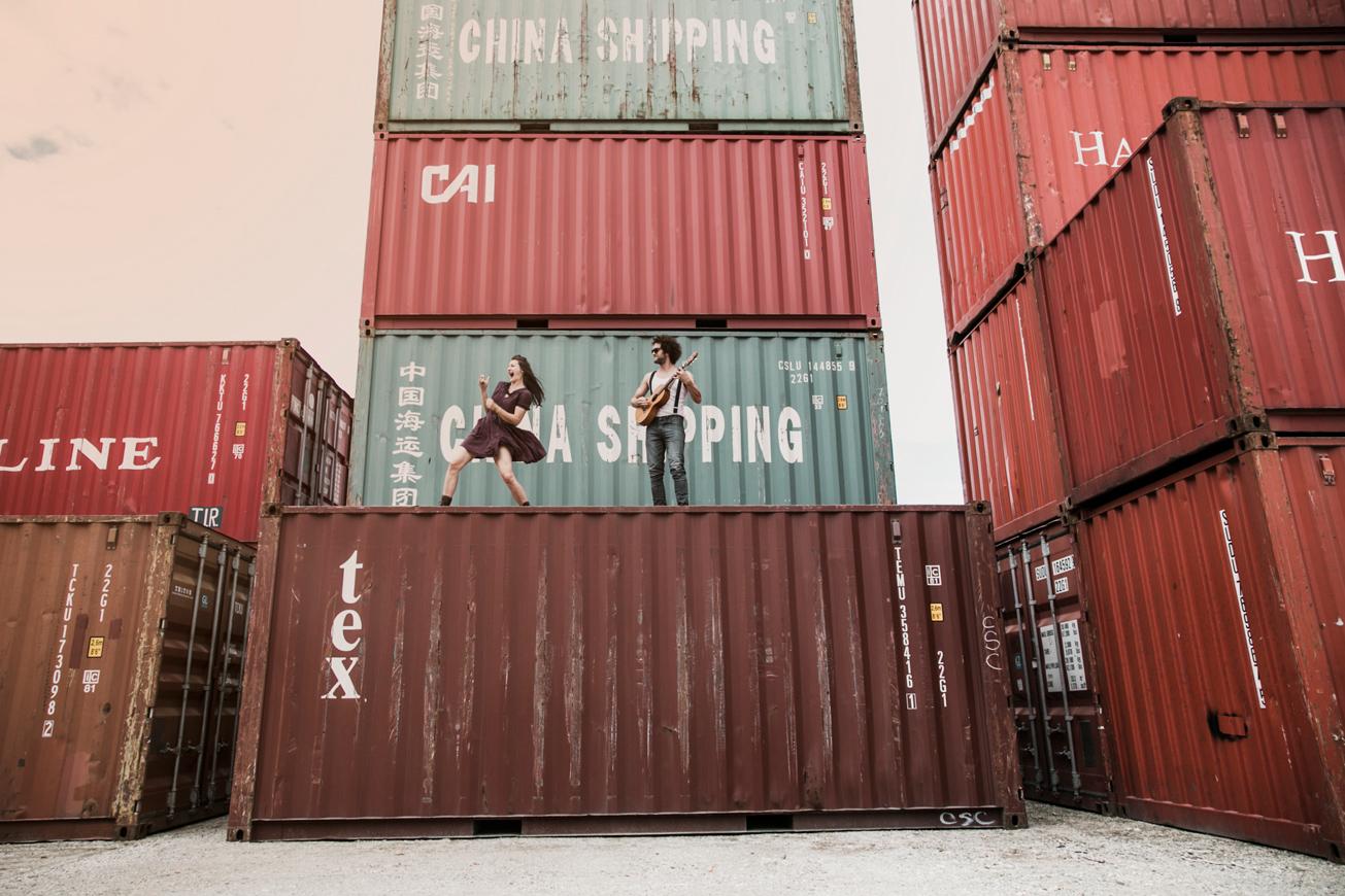 paar steht auf kontainer