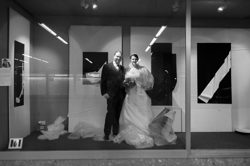 brautpaar im schaufenster