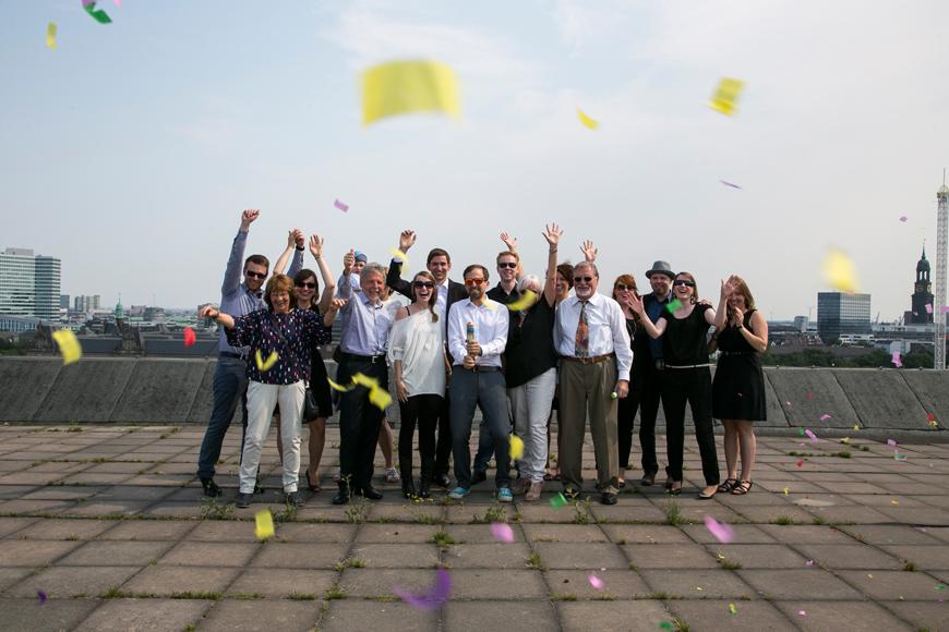 gruppenfoto mit konfetti