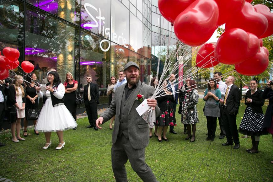 brauetigam sammelt luftballons von gaesten ein