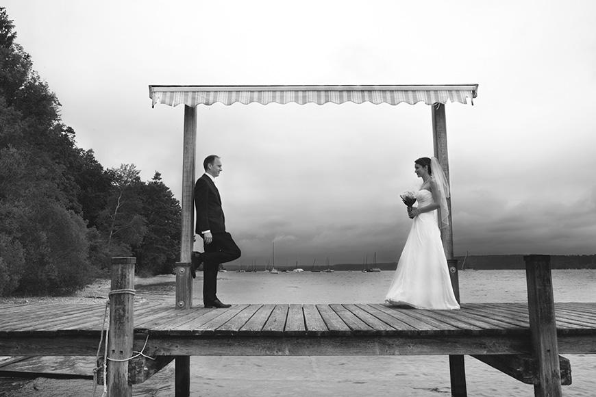 brautpaar auf einem steg am starnberger see