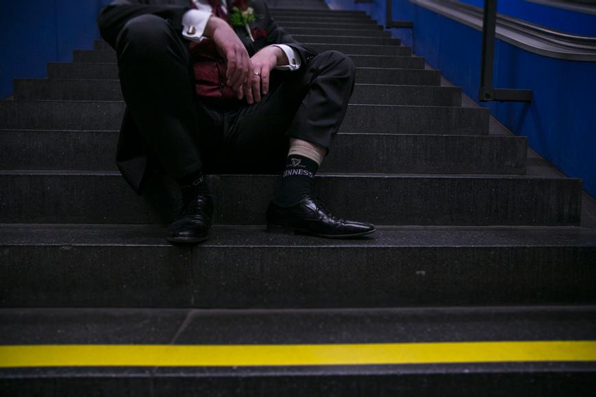 breautigam sitzt auf treppe