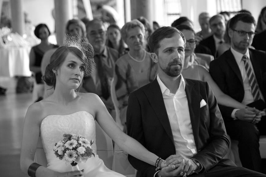 brautpaar sitzt vor altar