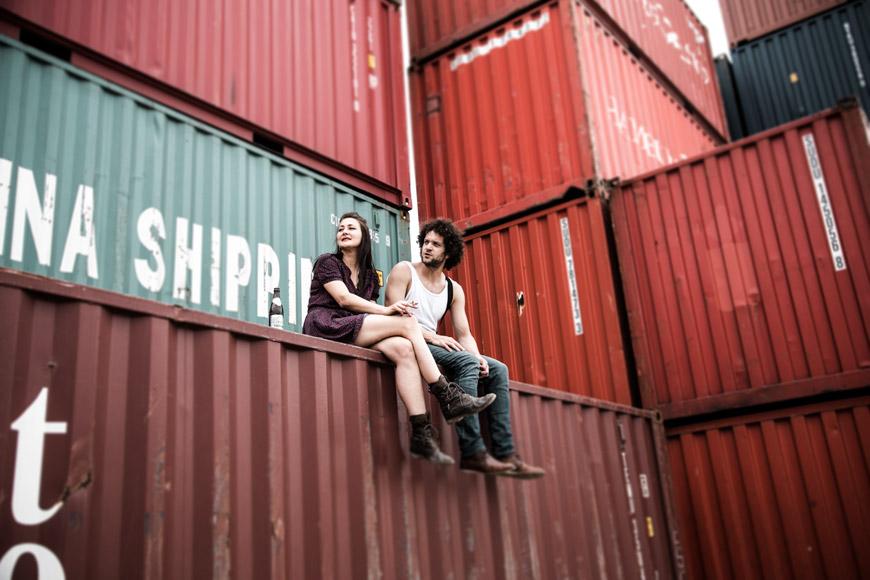 paar sitzt auf kontainer