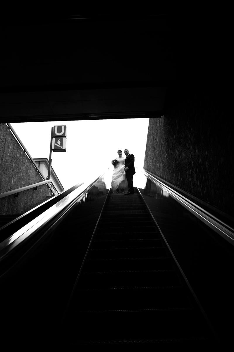 brautpaar auf rolltreppe