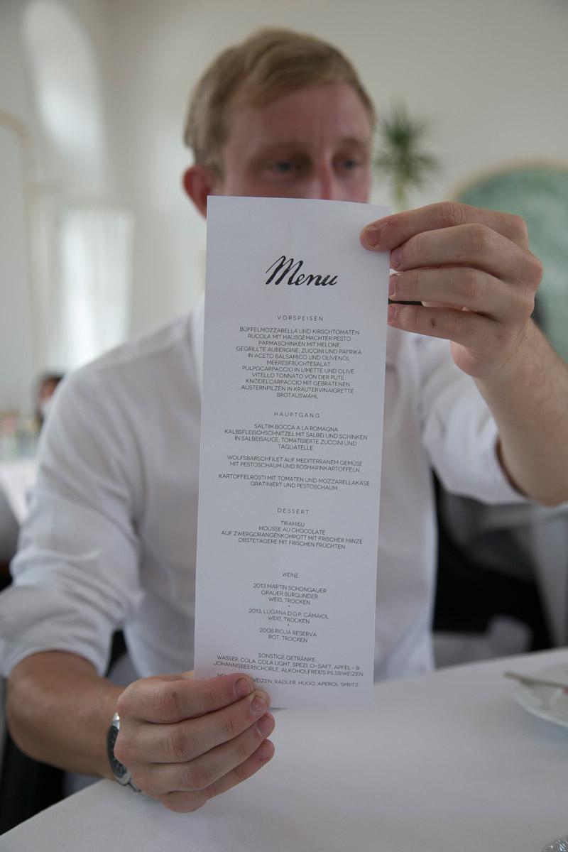 gast haelt menuekarte