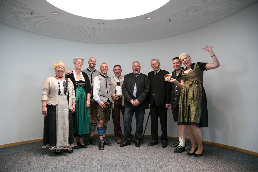 gruppenfoto schwule hochzeit