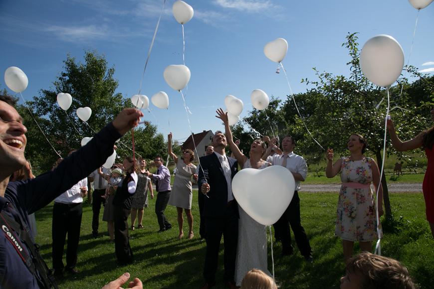 luftballons steigen hoch in die luft