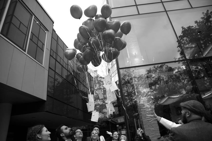 luftballons steigen in die luft