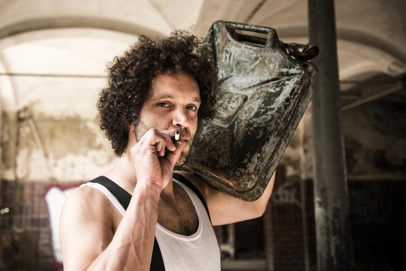 mann mit benzinkanister und zigarrette im mund