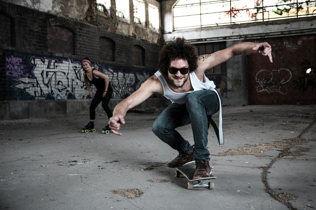 mann auf skateboard