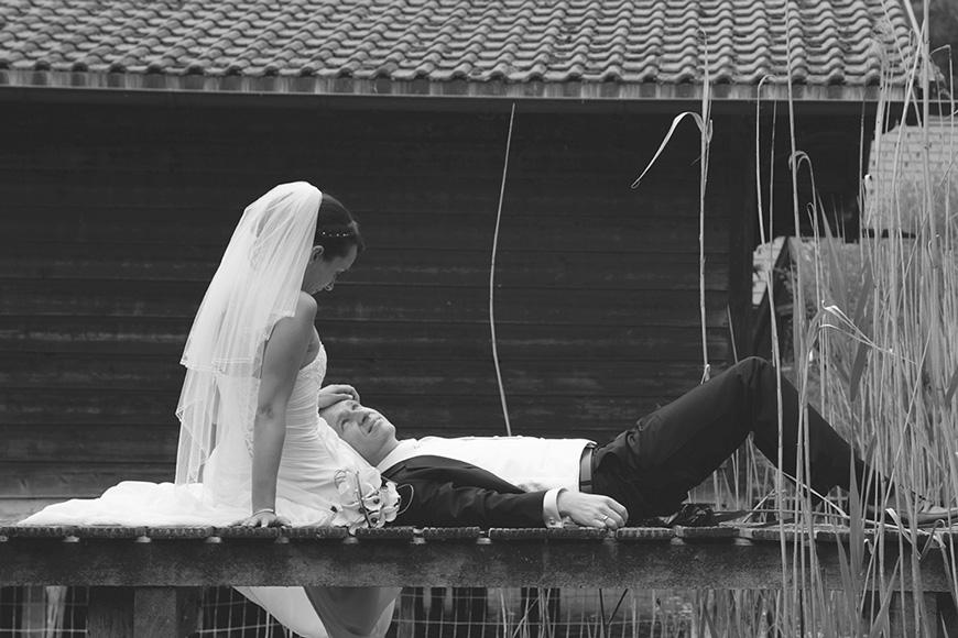 brautpaar sitzt auf einem steg am starnberger see