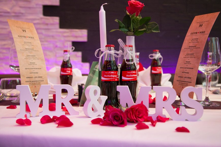 colaflaschen stehen auf dem brautpaartisch